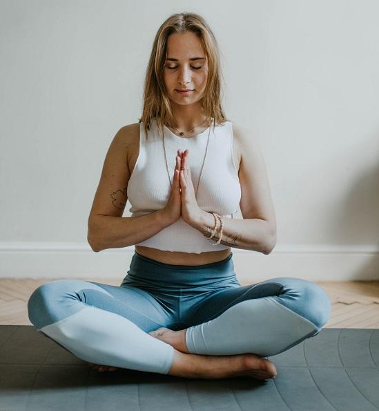 Postura de meditación con manos en el pecho