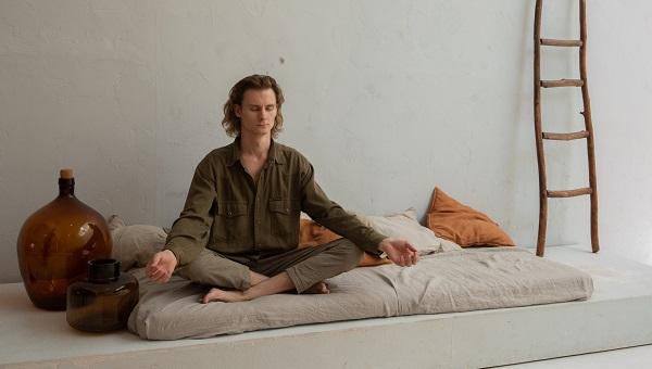 Meditación en la cama en casa