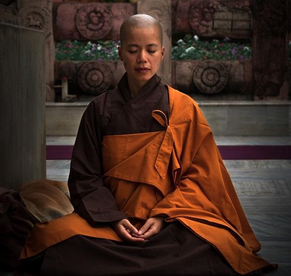 posicón de meditación manos en el pecho